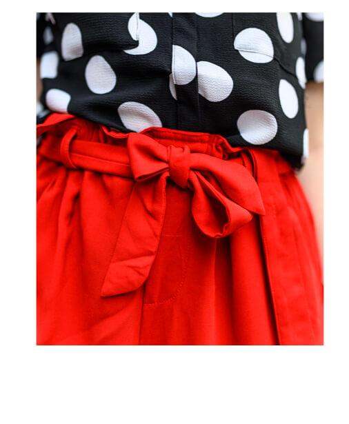 détail pantalon à bretelles